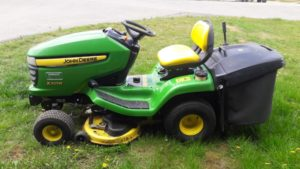 Zahradní traktůrek John Deere X305R