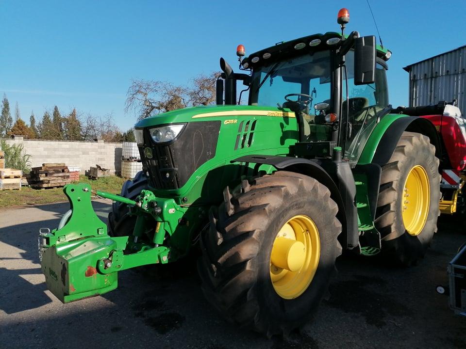 Předváděcí traktor 6215R sloužil perfektně