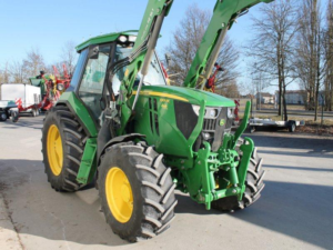 Chmelový traktor John Deere 6105RC